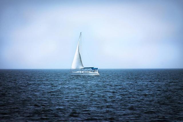 barco_veleiro_mar_sol_horizonte_oceano
