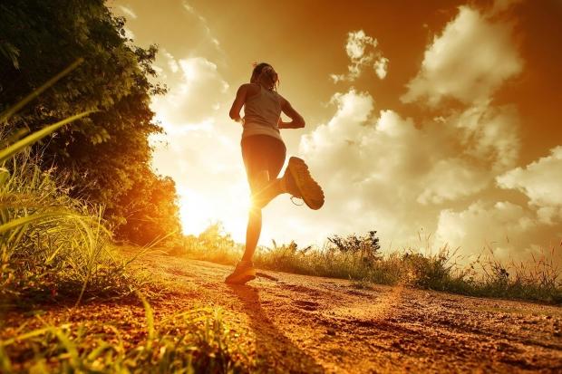 corrida_campo_terra_sol_mulher_costas